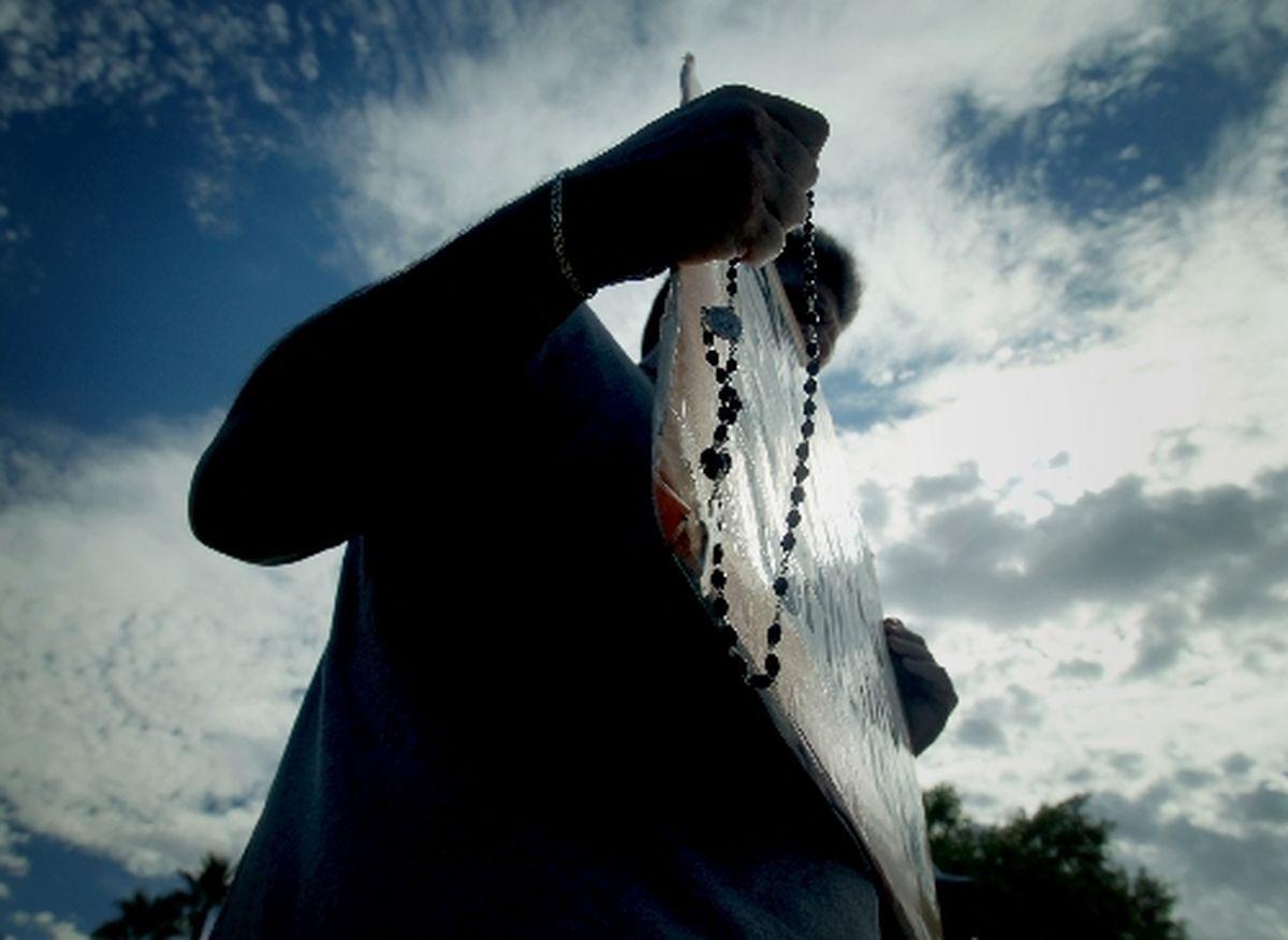 गर्भपात विरोधी अजन्मे जीवन के अधिकार के लिए प्रार्थना करते हैं