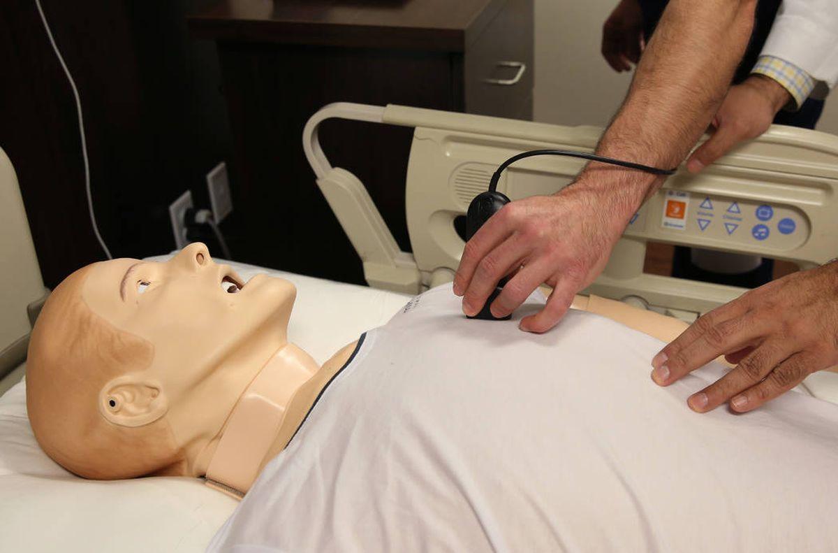 Médicos aperfeiçoam artesanato no novo centro de simulação do hospital de Las Vegas