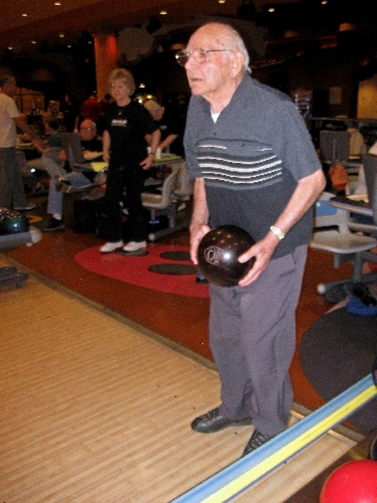 Seniorzy pozostają zajęci na kręgielni
